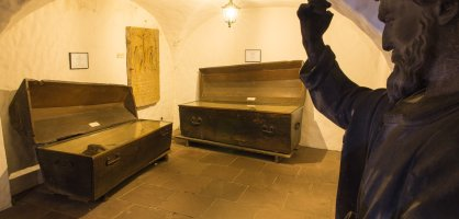 Im Bleikeller sind jahrhundertealte Mumien in ihren Särgen zu sehen