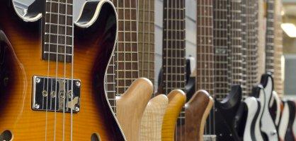 Viele Gitarren die an einer Ladenwand aufgehängt wurden