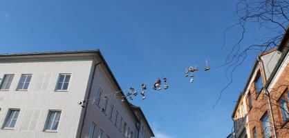 Schuhe hängen auf einer Leine zwischen Häusern; Quelle: privat/MDR
