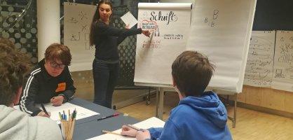 Kinder beim Sketchnote-Zeichnen
