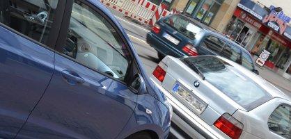Zwei parkende und ein fahrendes Fahrzeug im Hintergrund; Quelle: bremen.online - MDR
