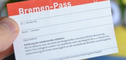 Eine Hand hält den Bremen-Pass; Quelle: bremen.online/MDR