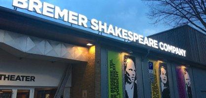 "Eingangsbereich mit Dachbeschriftung ""bremer shakespeare company""."