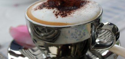 Eine Tasse mit Cappuccino