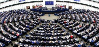 Ein großer Sitzungssaal mit vielen Menschen