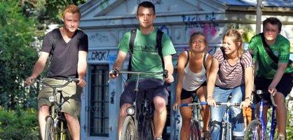 Junge Leute machen eine Radtour