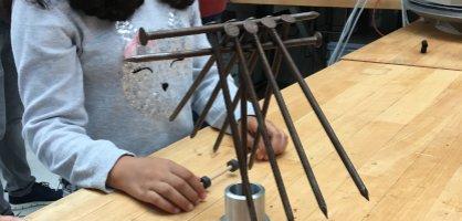 Ein Schwerelosigkeitsexperiment mit langen Nägeln.