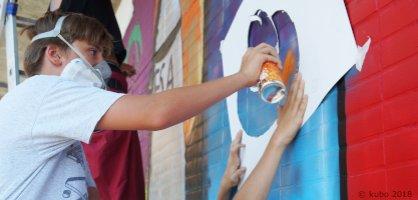 Teenager sprüht ein Graffiti
