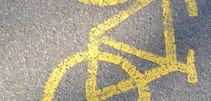Eine Markierung auf dem Asphalt weist den Weg für Fahrradfahrerinnen und Fahrradfahrer