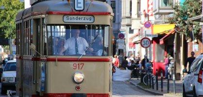 Eine historische Straßenbahn der BSAG im Viertel