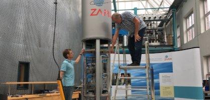 Die Kapsel mit eingebauten Experimenten wird von zwei ZARM-Mitarbeitern für den Fall vorbereitet.