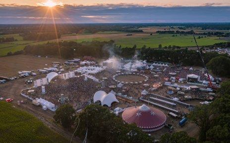Das Festivalgelände des Tabularaaza Festivals. Viele Menschen, Zelte und Bühnen.