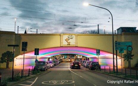 Die Decke des Friedentunnels leuchtet am Abend in Regenbogenfarben.