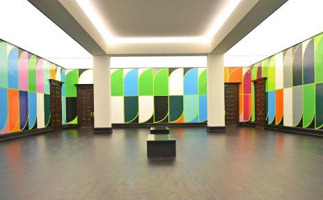 Ausstellungsraum mit einem bunten Wandgemälde