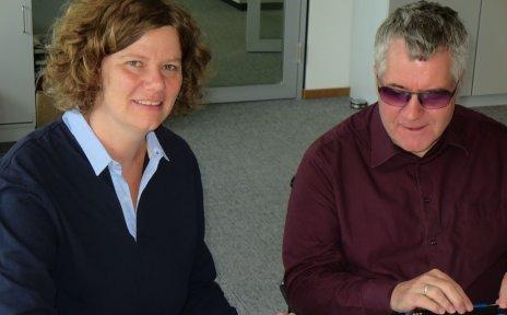 Eine Frau und ein Mann sitzen nebeneinander: Ulrike Peter und Dr. Joachim Steinbrück.