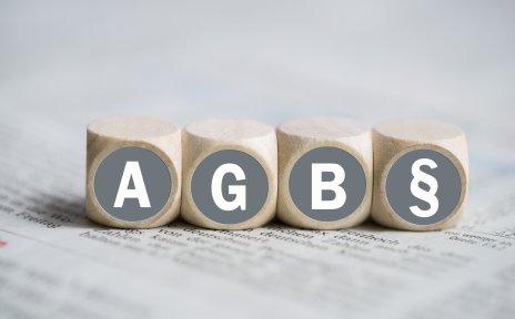 Würfel auf denen der Schriftzug AGB und ein Paragraph zu sehen ist