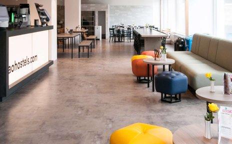Blick in die Lobby eines Hotels mit Stühlen und Tischen
