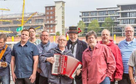 Auf dem Bild sind die Mitglieder des Shantychors an der Weser abgebildet.