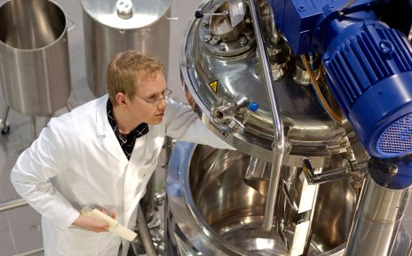 Ein junger Mann arbeitet an einem Gerät.