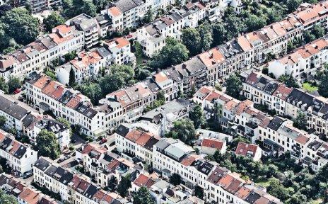 Häuserreihen in einem dichtbesiedelten Gebiet, Aufnahme aus der Vogelperspektive; Quelle: WFB