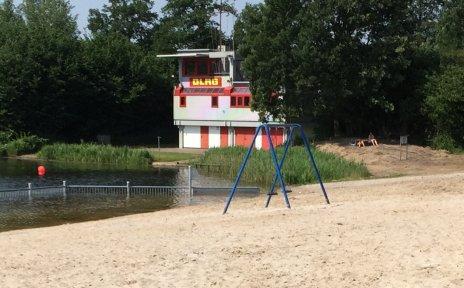 Ein Bild vom idyllischen Bultensee mit hellem Sandstrand und Volleyballfeld.