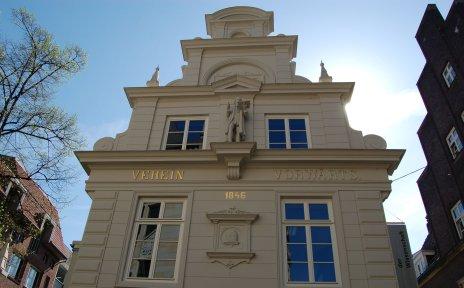 Das weiße Gebäude in dem sich das Haus der Wissenschaft befindet.
