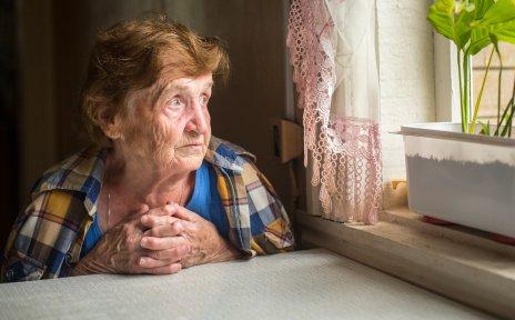 Alte Frau sitzt alleine am Fenster, Quelle:fotolia; De Visu