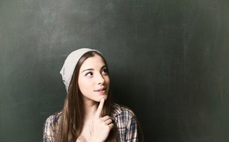 Junge Frau vor einer Schultafel Quelle: fotolia; drubig-photo