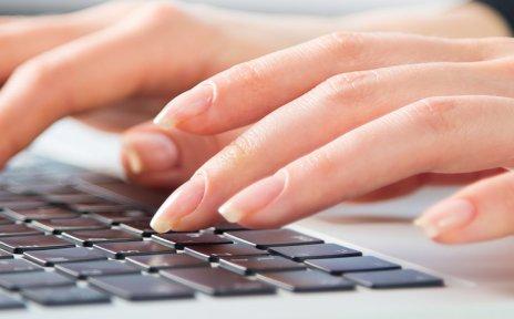 Hnde, die eine Tastatur bedienen
