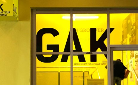 Gelb beleuchteter Eingangsbereich zur GAK