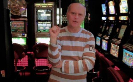 Ein Mann steht zwischen Spielautomaten.