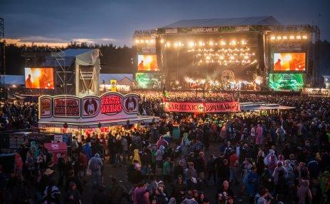 Ein großes Festivalgelände mit vielen Menschen