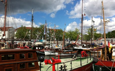 Ein Blick auf den Vegesacker Hafen mit zahlreichen Schiffen.
