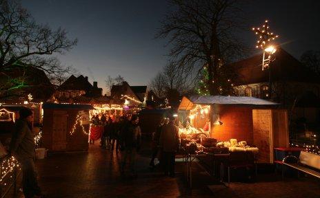 Der Weihnachtsmarkt in Osterholz-Scharmbeck am späten Abend, mit vielen Besuchern und Ständen