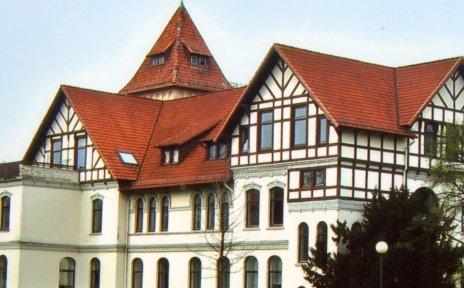 Das frühere Verwaltungsgebäude mit dem ehemaligen Feuerwehr-Schlauchturm für die Klinik.