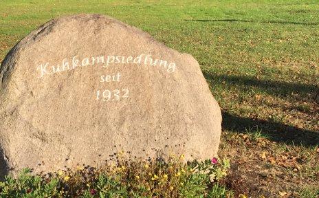 Platz mit Gedenkstein