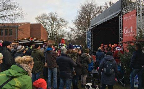 Eine Menschenmenge vor einer Bühne