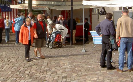 Stände und Besucher des Loggermarkts
