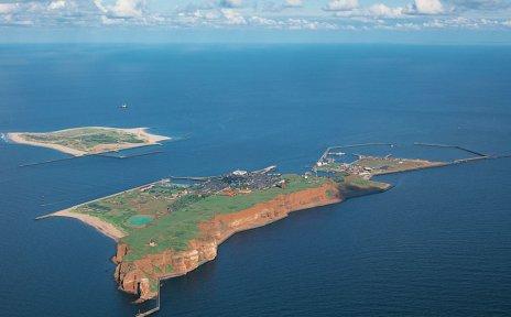 Eine Luftaufnahme der kompletten Insel und der Helgoland-Düne oben links im Bild.