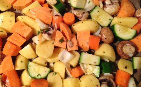 Ein Blech mit Ofengemüse und Kartoffeln