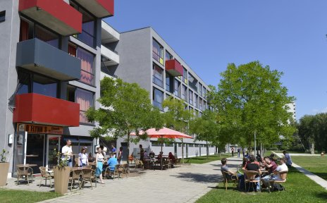 Studenten sitzen Draußen im Kaffee vor einem Studentenwohnheim an der Universität Bremen
