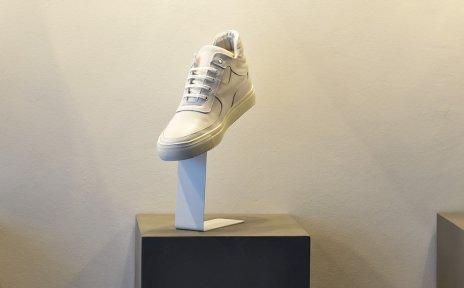 Schuhe von BLNKS werden mittels Licht in Szene gesetzt