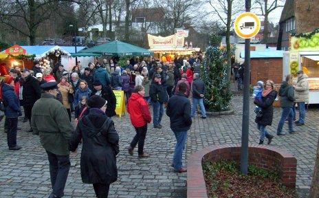 Menschen auf einem Weihnachtsmarkt