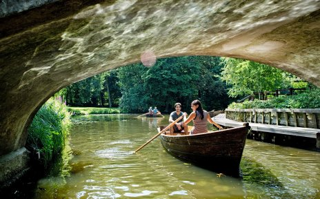 Mit dem Ruderboot auf den Kanälen lässt sich die Ruhe und Idylle des Bürgerparks am besten genießen.