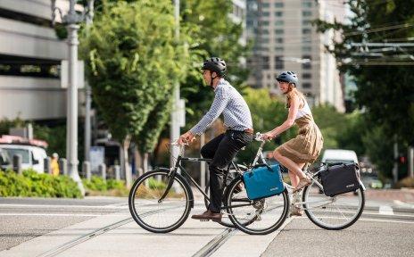 Zwei Menschen fahren mit dem Fahrrad zur Arbeit