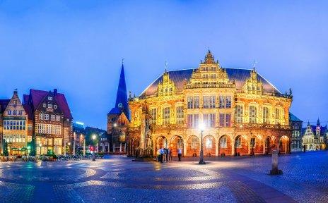 Nächtliche Aufnahme des Marktplatzes mit Schütting, Kaufmannshäusern, Liebfrauenkirche, Rathaus, Dom und einem Teil der Bürgerschaft