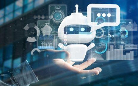 Eine Hand hält einen kleinen Roboter in die Höhe. Dieser blickt direkt in Kamera und hat eine Sprechblase an seinem Kopf. Im Hintergrund sind verschiedene Statistiken und Apps zu sehen.