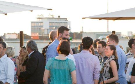 Ein Blick auf das After-Work-Event auf der Dachterrasse des Atlantic Grand Hotels