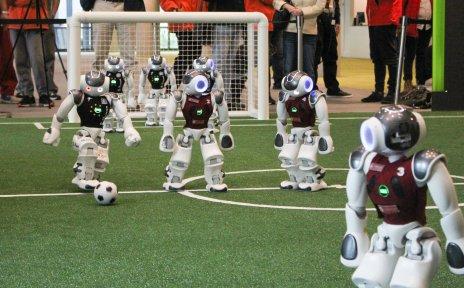 Fußball-Roboter spielen auf einem Spielfeld