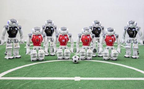 Acht Fussball-Roboter auf dem Feld
